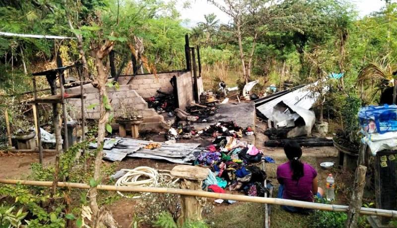 www.nusabali.com-dipicu-api-dupa-rumah-di-desa-patas-ludes-terbakar
