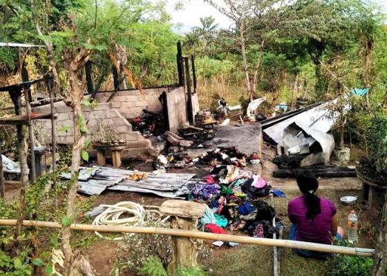Nusabali.com - dipicu-api-dupa-rumah-di-desa-patas-ludes-terbakar