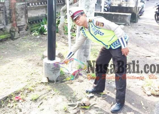 Nusabali.com - tabrak-tiang-telepon-pemotor-tewas-di-tkp