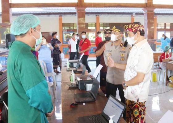 Nusabali.com - wabup-suiasa-tinjau-vaksinasi-dosis-pertama-di-kecamatan-abiansemal