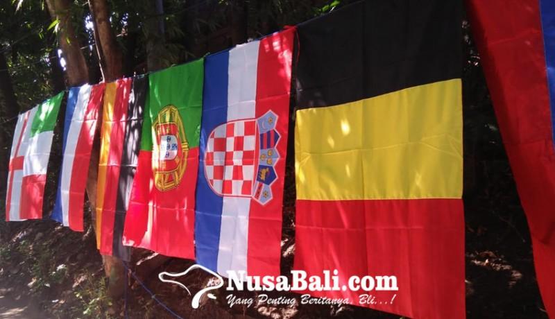 www.nusabali.com-sambut-piala-eropa-2021-pedagang-bendera-negara-peserta-goda-gibol