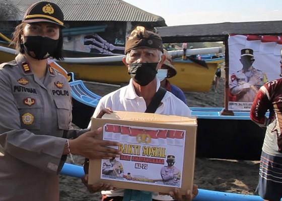 Nusabali.com - polsek-kuta-utara-bagi-sembako-untuk-nelayan