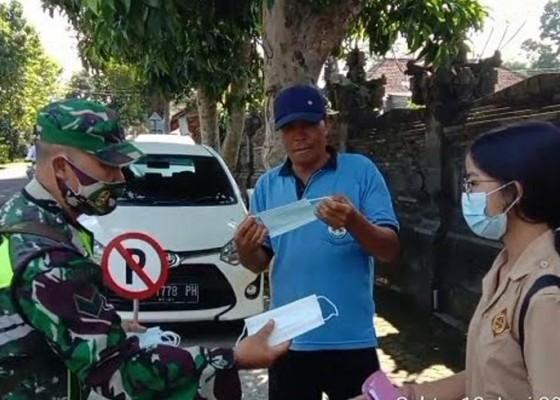 Nusabali.com - babinsa-di-bangli-bagi-bagi-masker