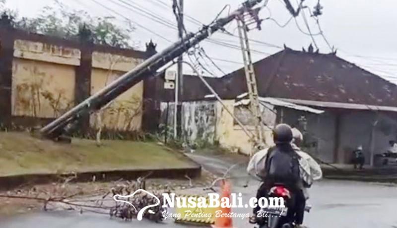 www.nusabali.com-tiang-pln-di-jalan-goa-gong-nyaris-tumbang