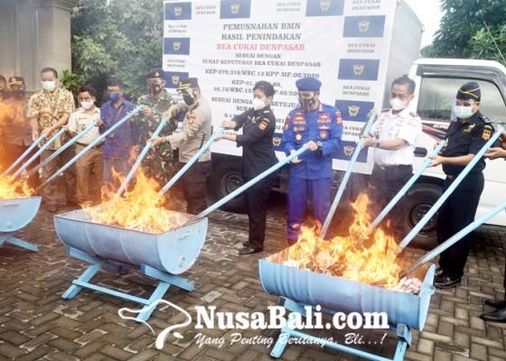 Nusabali.com - bea-cukai-denpasar-musnahkan-barang-sitaan-senilai-rp-832-juta