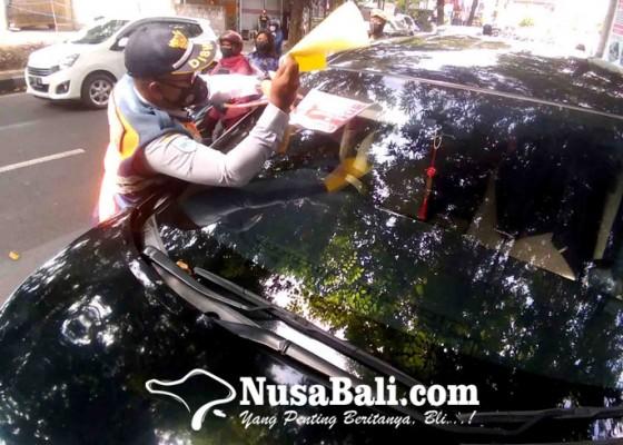 Nusabali.com - parkir-sembarangan-dishub-tempel-stiker-ke-belasan-pelanggar