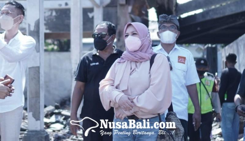 www.nusabali.com-melly-goeslaw-kunjungi-puing-kebakaran-pasar-blahbatuh