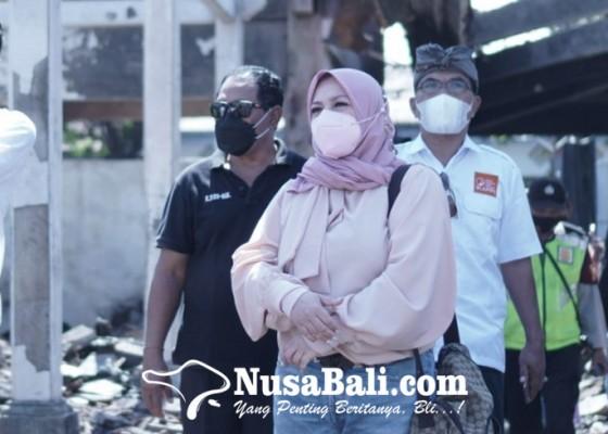 Nusabali.com - melly-goeslaw-kunjungi-puing-kebakaran-pasar-blahbatuh