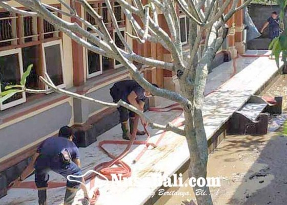 Nusabali.com - petugas-damkar-bersihkan-lumpur-di-smpn-3-manggis