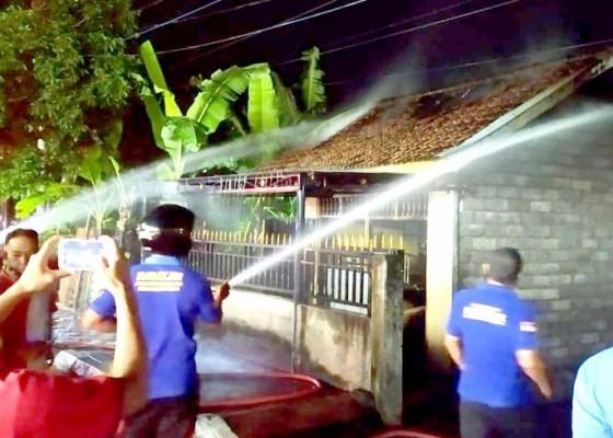 Nusabali.com - korsleting-toko-di-banyuasri-ludes-terbakar