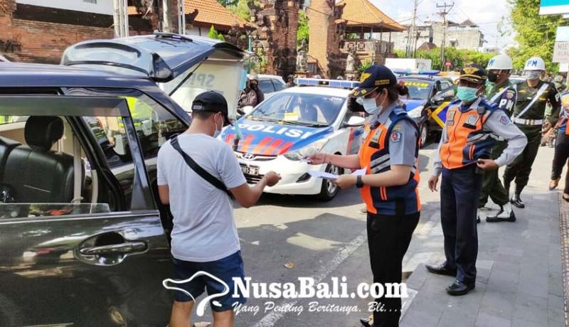 www.nusabali.com-parkir-di-badan-jalan-42-mobil-ditindak