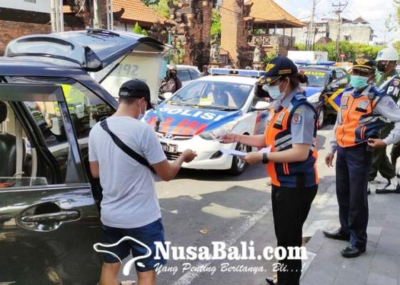 Nusabali.com - parkir-di-badan-jalan-42-mobil-ditindak