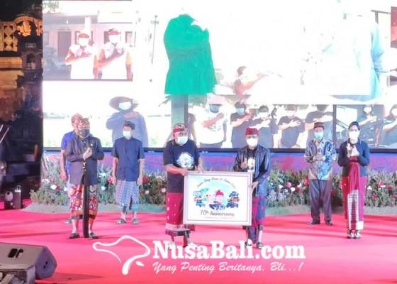 Nusabali.com - bupati-tamba-gubernur-koster-saling-sanjung