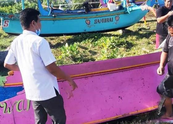 Nusabali.com - perahu-dihantam-ombak-2-nelayan-selamat