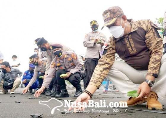 Nusabali.com - jajaran-polres-lepas-200-ekor-tukik-di-pantai-klotok