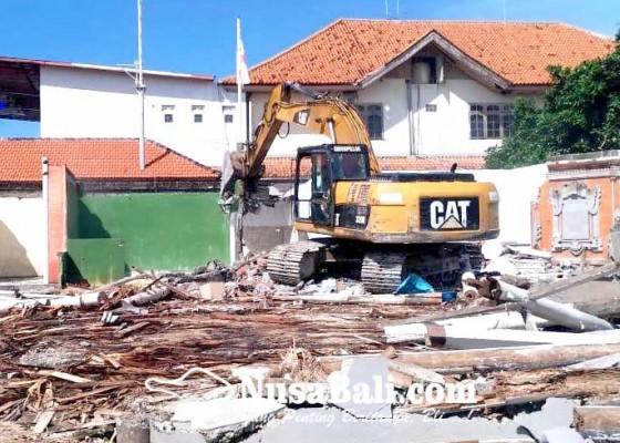 Nusabali.com - tanpa-izin-sebuah-bangunan-di-tanjung-benoa-dibongkar