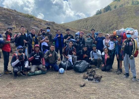 Nusabali.com - duta-hijau-bali-mendaki-dan-mareresik-di-gunung-batur