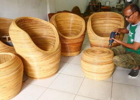 Nusabali.com - umkm-mebel-rotan-butuh-pasar