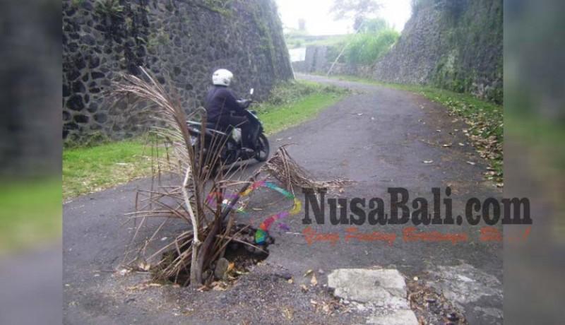 www.nusabali.com-jalan-ke-kpu-bangli-berlubang-dinas-pu-tak-bisa-tangani