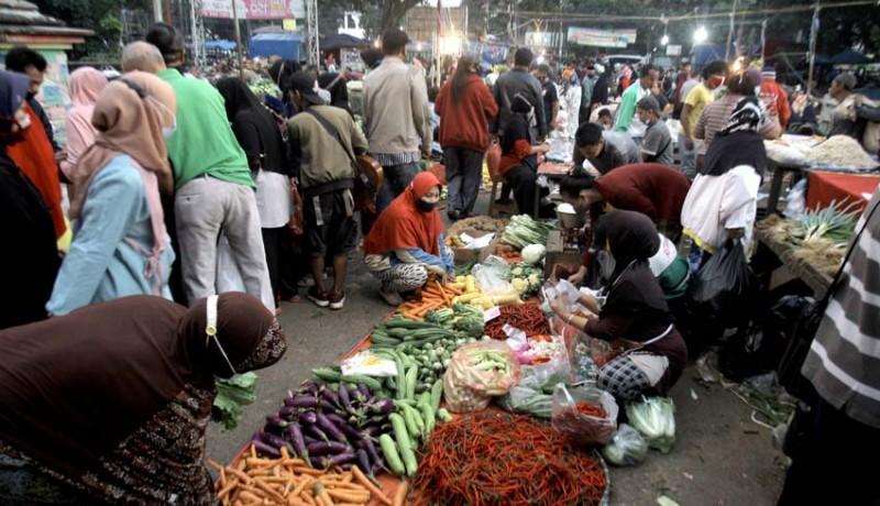 www.nusabali.com-kepadatan-pasar-tradisional-saat-penerapan-ppmkm-darurat