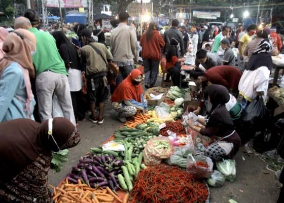 Nusabali.com - kepadatan-pasar-tradisional-saat-penerapan-ppmkm-darurat