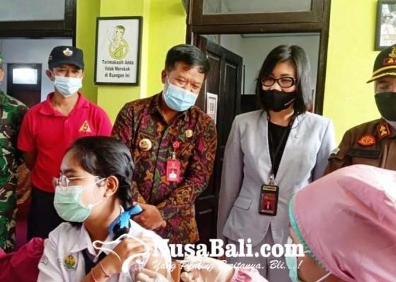 Nusabali.com - bupati-sedana-arta-pantau-vaksinasi-di-smpn-1-bangli