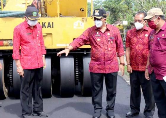 Nusabali.com - penuhi-janji-politik-bupati-sanjaya-tinjau-pengaspalan-jalan-bantas-gadungan