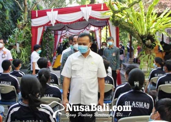 Nusabali.com - sekda-dewa-indra-tinjau-pelaksanaan-vaksinasi-anak-di-gianyar