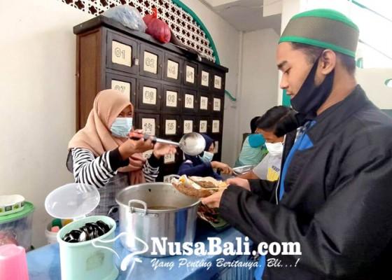 Nusabali.com - warung-masjid-jami-sediakan-110-porsi-nasi-gratis-setiap-hari