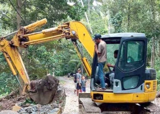 Nusabali.com - bpbd-bersihkan-longsor-dan-jalan-rusak-di-desa-gegelang
