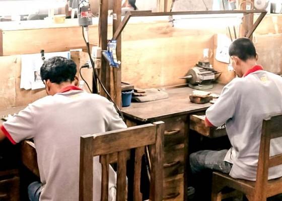 Nusabali.com - perajin-perak-bertahan-lewat-online