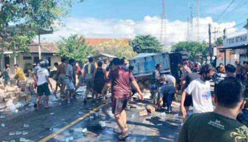 www.nusabali.com-truk-terlibat-lakalantas-air-mineral-tumpah-ke-jalan