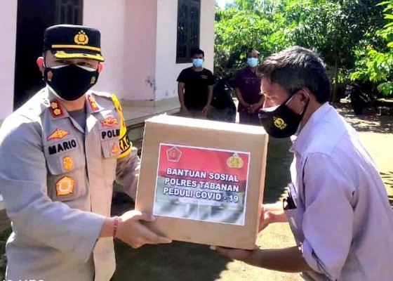 Nusabali.com - polres-tabanan-bagikan-sembako-kepada-35-warga-isolasi-mandiri