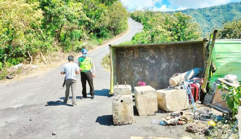 www.nusabali.com-truk-muatan-beton-terguling-satu-tewas-tergencet