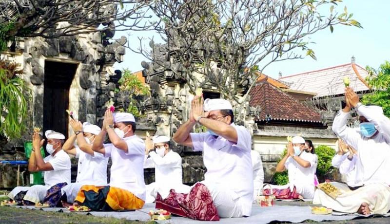 www.nusabali.com-pemkab-klungkung-gelar-persembahyangan-di-pura-jagatnatha