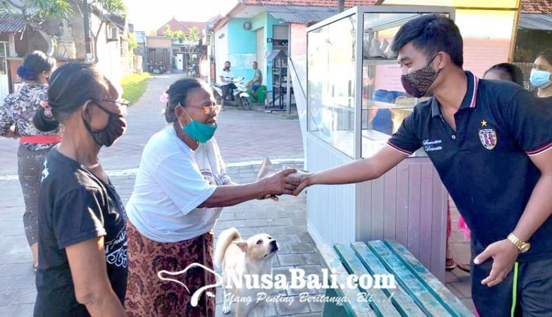 www.nusabali.com-desa-adat-tengkulung-bagikan-nasi-bungkus