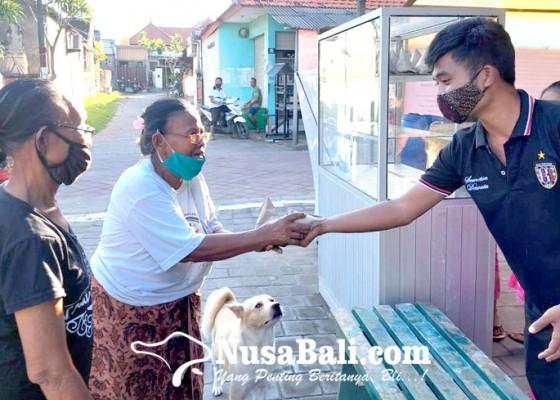 Nusabali.com - desa-adat-tengkulung-bagikan-nasi-bungkus