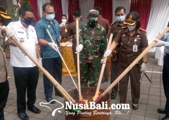 Nusabali.com - kejari-gianyar-musnahkan-narkoba-hingga-gas-oplosan