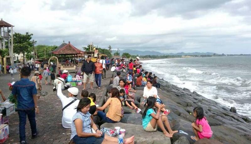 www.nusabali.com-tahun-baruan-di-pantai-lebih