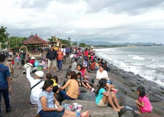 Nusabali.com - tahun-baruan-di-pantai-lebih