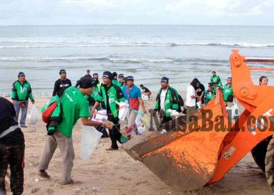 Nusabali.com - driver-ojek-aplikasi-bersih-bersih-pantai-kuta