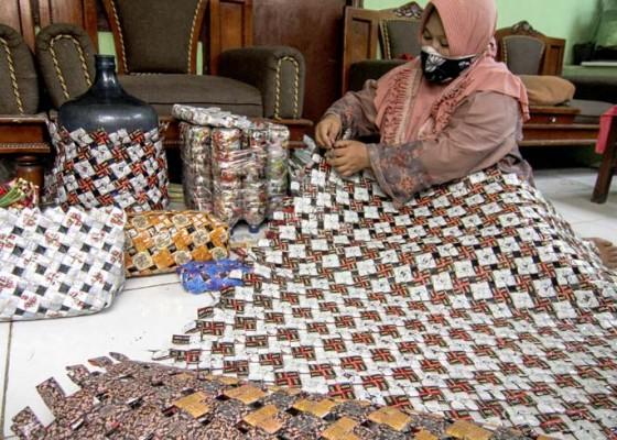 Nusabali.com - kerajinan-dari-bungkus-kopi
