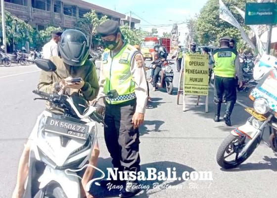 Nusabali.com - razia-2-jam-tim-gabungan-jaring-30-warga-belum-divaksin