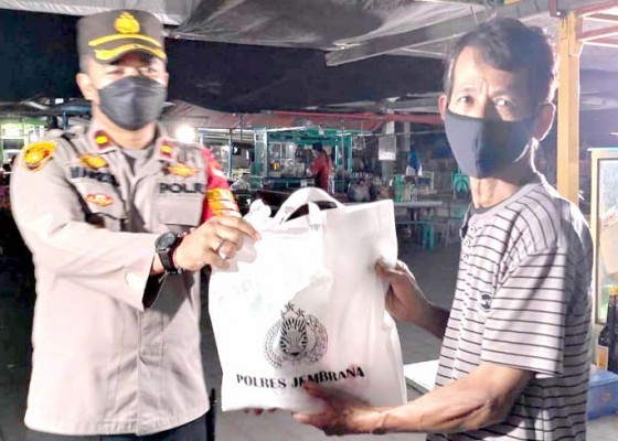 Nusabali.com - tutup-lapak-pedagang-pasar-senggol-diberi-sembako