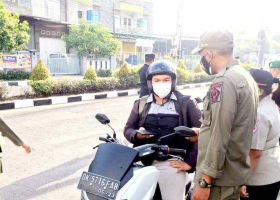 Nusabali.com - sebanyak-31-pengendara-diputar-balik-di-perbatasan-denpasar