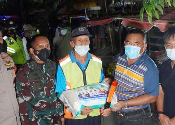 Nusabali.com - bupati-tamba-pantau-ppkm-darurat-sambil-bagikan-beras