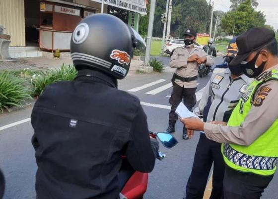 Nusabali.com - mobilitas-di-simpang-tulikup-masih-ramai-penyekatan-digencarkan