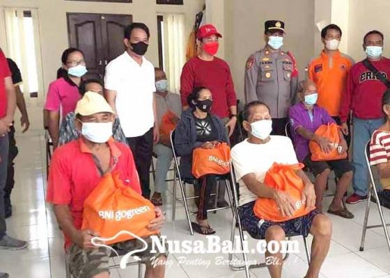 Nusabali.com - bupati-gede-dana-salurkan-sembako-ppkm-darurat-di-kubu
