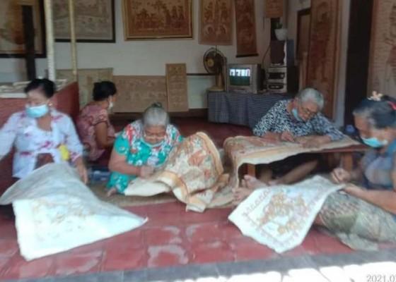 Nusabali.com - pandemi-pelukis-wayang-kamasan-tetap-bangkit
