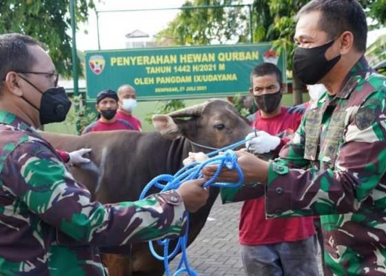Nusabali.com - warga-kodam-ixudayana-bagikan-1620-kantong-daging-kurban